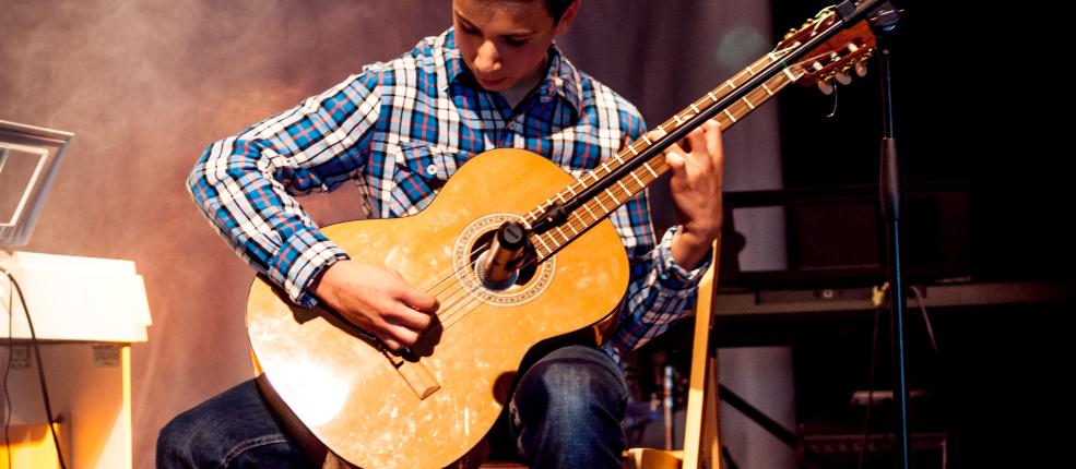 Rhydian Rihouet – gitara, uczeń 3 roku